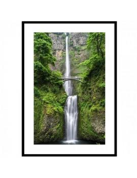 Foto enmarcada de preciosa cascada bajo puente .